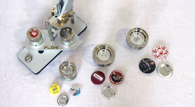maszyna do wybijania przypinki uzywana przez Buttonfly-Przypinki_pl